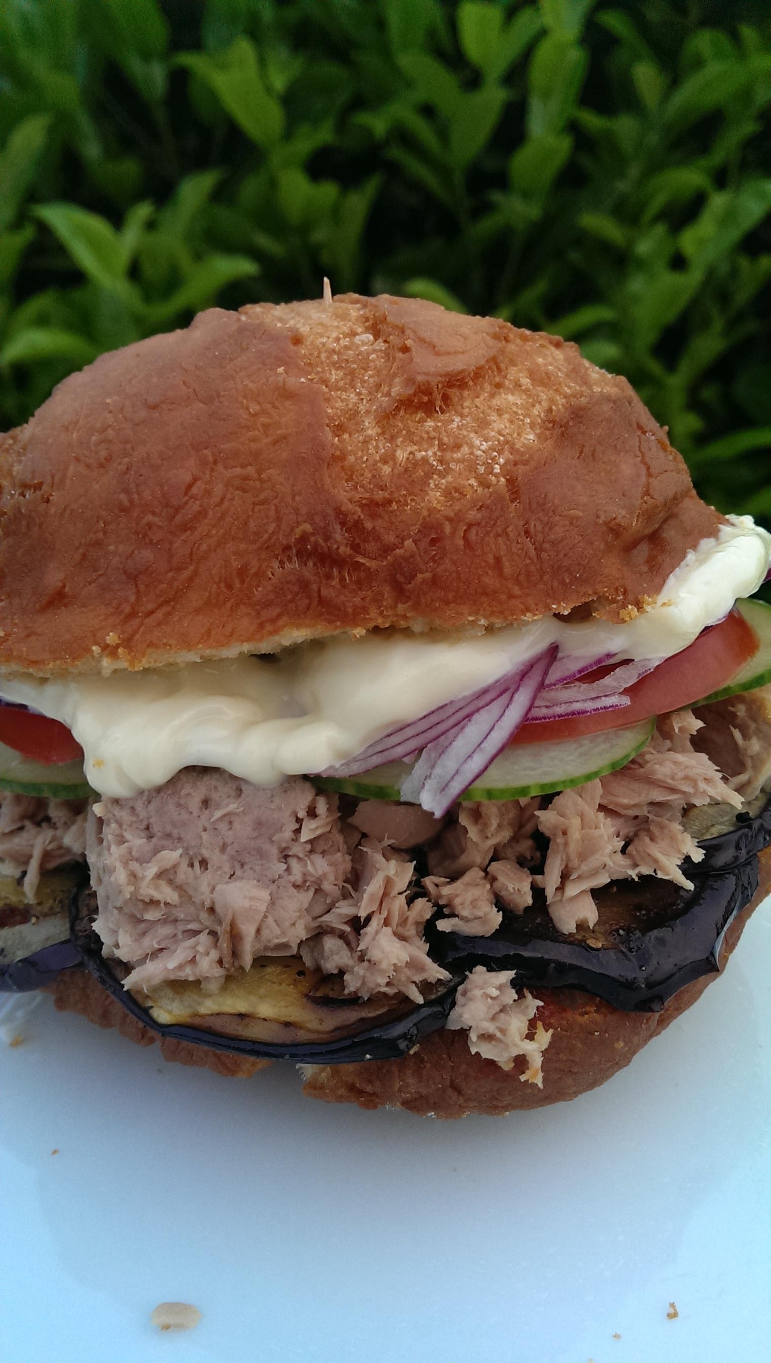 Sandwich im frittierten Brötchen