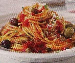 Spaghetti all' arrabbiata mit Kapern und Oliven